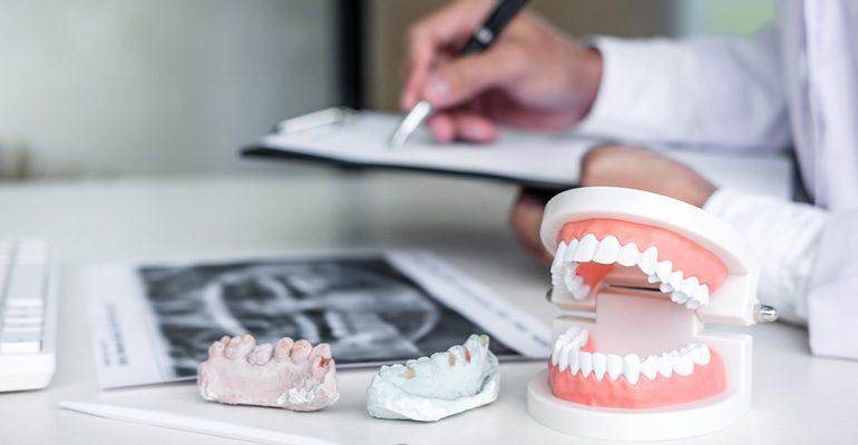 ¿Por qué elegir implantes dentales en vez de prótesis removibles?