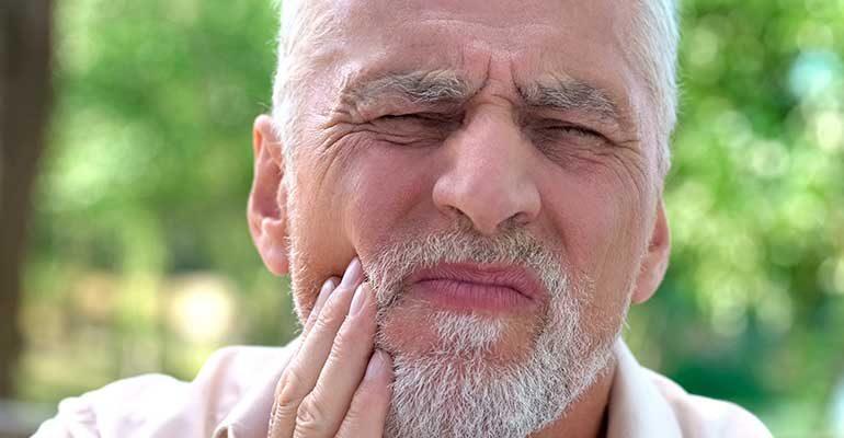 ¿Es normal que los implantes dentales causen dolor?