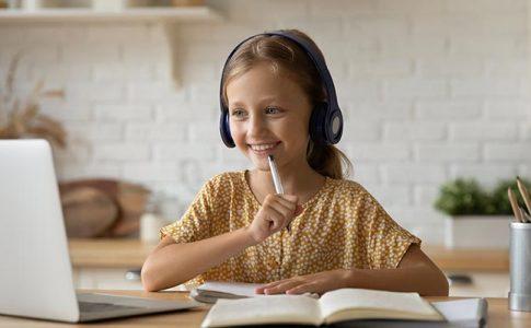 nina-estudiando-sonrisa